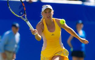 Caroline i akton ved Australian Open i først gul kjole